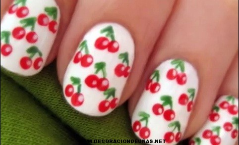Uñas decoradas al estilo cereza