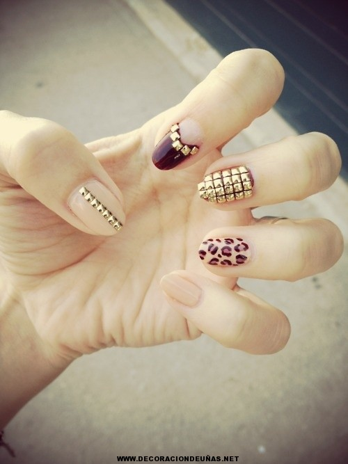 Uñas decoradas con estoperoles